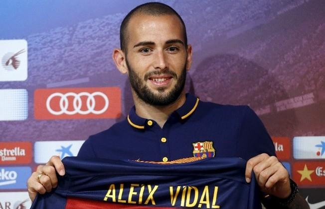 رسميا .. برشلونة يقدم لاعبه الجديد فيدال في ملعب