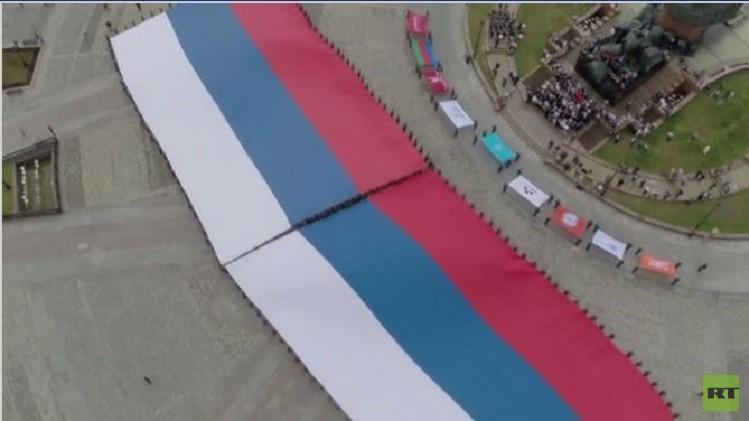عدسة كاميرا لطائرة من دون طيار ترصد نشر أكبر علم لروسيا (فيديو)