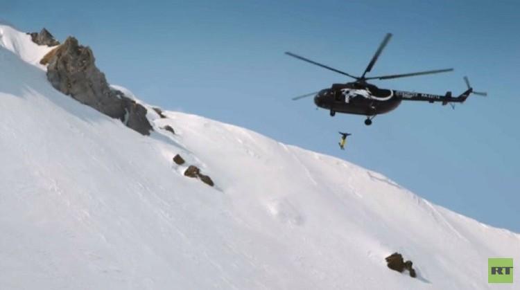 متزلج على المرتفعات يقفز على رأس بركان في كامتشاتكا (فيديو)