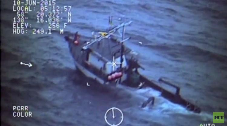 حرس الحدود ينقذون صيادي سمك قرب ألاسكا (فيديو)