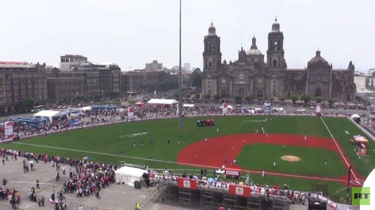 الساحة المركزية للعاصمة المكسيكية تتحول إلى ملعب للبيسبول (فيديو)