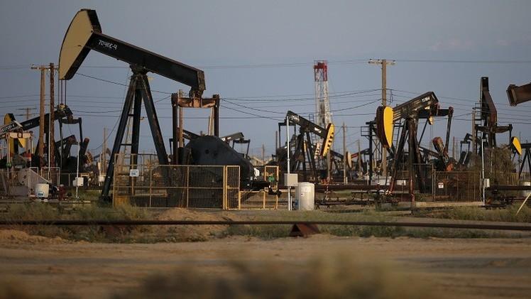 النفط يرتفع بفعل تراجع الدولار وآمال بحل أزمة اليونان