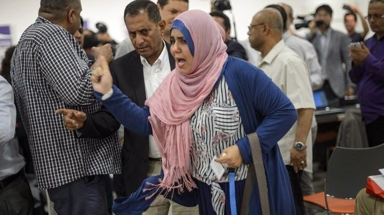 فيديو.. امرأة ترشق رئيس وفد الحوثيين في جنيف بحذاء