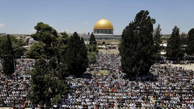 الأقصى يستقبل عشرات آلاف المصلين في أول جمعة من رمضان