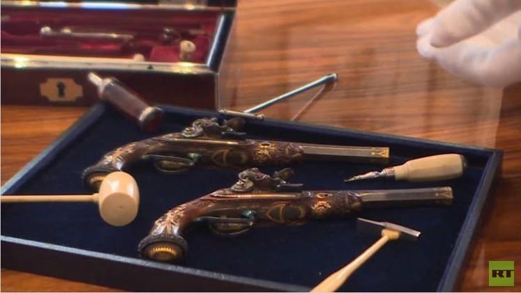 مسدسان لنابليون يعرضان للبيع بنحو مليوني دولار (فيديو)