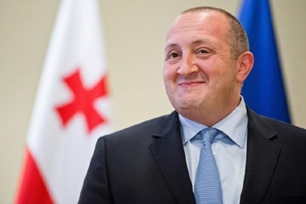 أزرار أكمام من رئيس جورجيا تباع في مزاد خيري