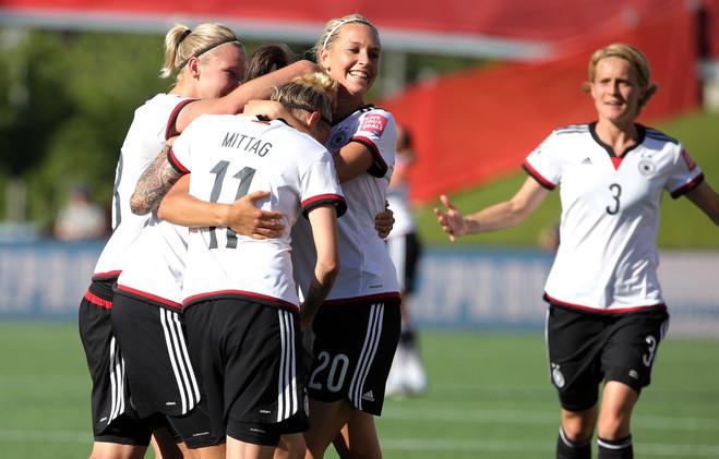 لاعبات ألمانيا يحتفلن بعد التسجيل في شباك السويد
