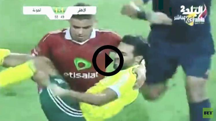 (فيديو) لاعب الأهلي ينفد صبره ويحمل مصابا من الجونة خارج الملعب