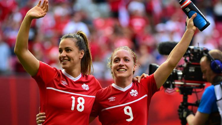 لاعبات كندا بحتفلن بعد الفوز على سويسرا