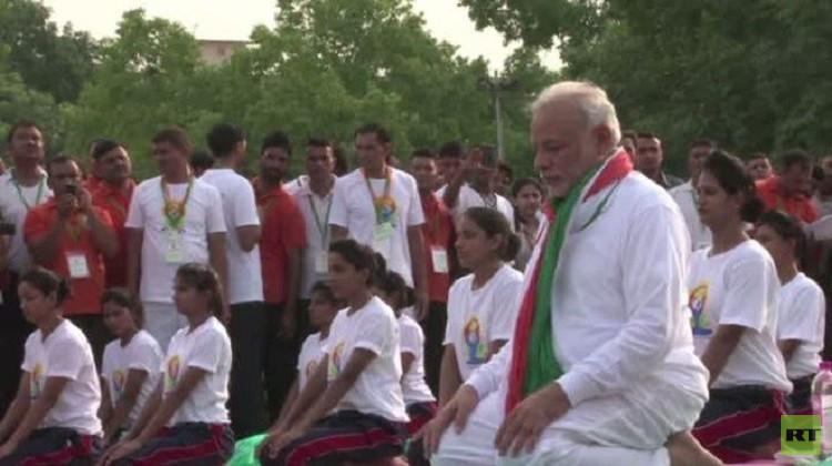 رئيس الوزراء الهندي يتصدر فعالية ممارسي اليوغا (فيديو)
