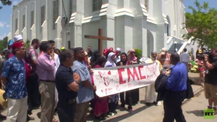 الجالية المسلمة في تشارلستون تنظم مسيرة سلام تكريما لأرواح ضحايا المدينة (فيديو)
