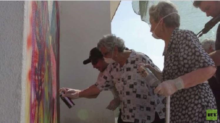 جدات برتغاليات يمارسن فن الجداريات (فيديو)