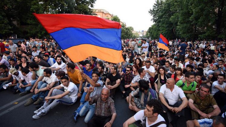 18 جريحا باشتباكات بين الشرطة والمتظاهرين في أرمينيا (فيديو)