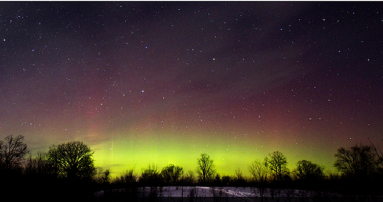 أضواء الشفق القطبي الشمالي المبهرة تضئ سماء الأرض