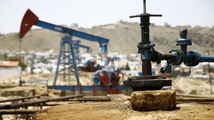 النفط يستقر وسط تفاؤل بشأن اليونان ووفرة المعروض وصعود الدولار