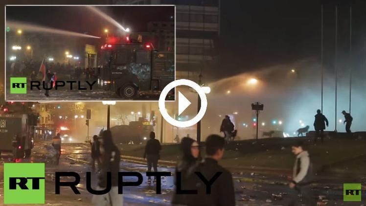 (فيديو) الشرطة تفرق مشجعي تشيلي بمدافع المياه