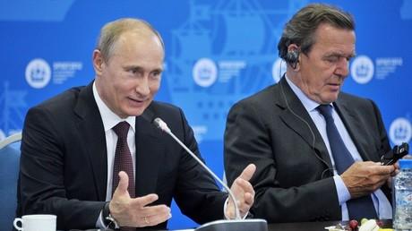 الرئيس الروسي فلاديمير بوتين والمستشار الألماني الأسبق غيرهارد شرودر
