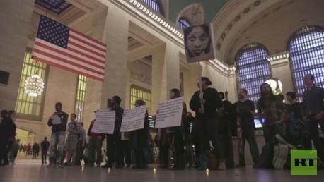 محتجون على قتل متحول جنسيا يحتشدون في محطة القطار المركزية في نيويورك