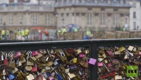 جسر الحب في باريس يتخلص من أقفال العشاق