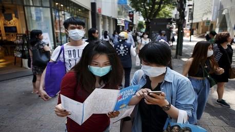 مواطنون كوريون يرتدون يضعون واق على أفواههم خوفا من العدوى