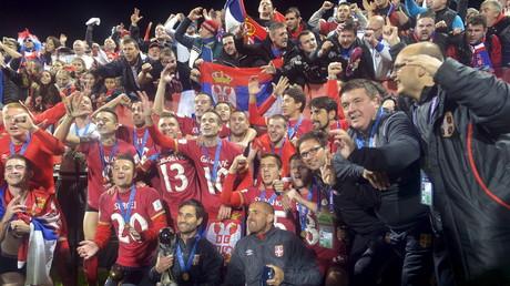 المنتخب الصربي يحتفل بتتويجه باللقب