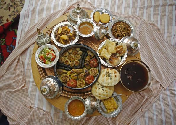 موائد شهر رمضان تتزين بالأكلات الشعبية التقليدية