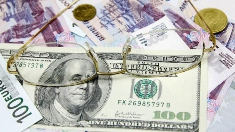 الروبل ينخفض مقابل الدولار واليورو في تعاملات نهاية الأسبوع