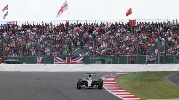 هاميلتون يتوج بجائزة بريطانيا الكبرى للفورمولا 1.. (صور)