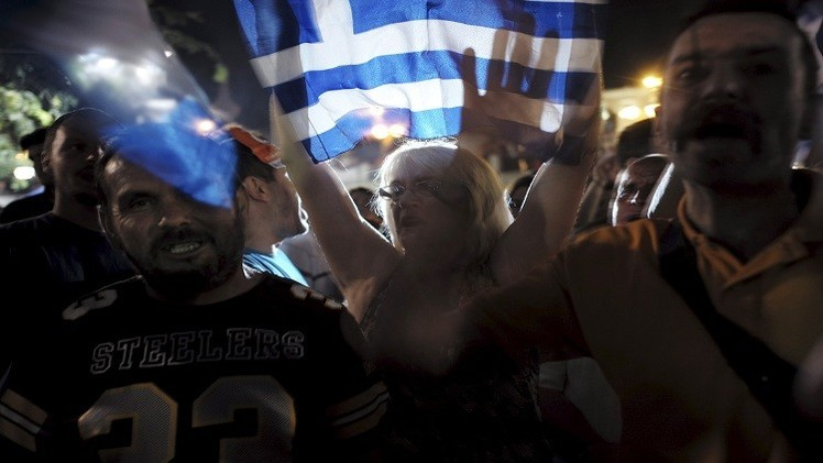 يونانيون يحتفلون في شوارع أثينا بعد نتائج الاستفتاء التي أيدت رفض شروط المقرضين الدوليين المجحفة