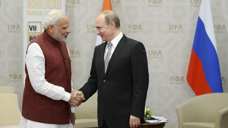 بوتين يعد رئيس الوزراء الهندي بممارسة اليوغا (فيديو)