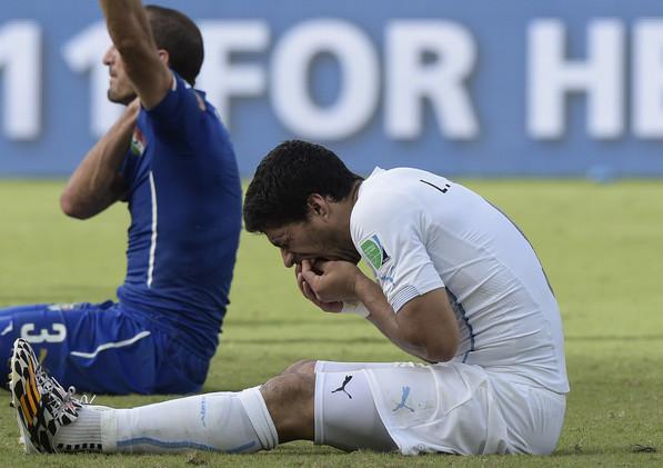 سواريز يطالب الفيفا الاعتذار على إيقافه في كأس العالم