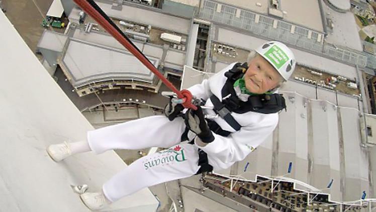 عجوز الـ101 عام تصبح أكبر ممارسة لرياضة الهبوط بالحبال