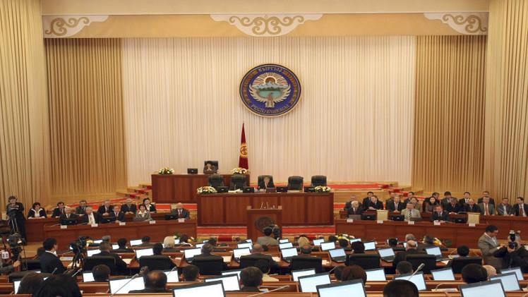 البرلمان في قرغيزستان يدين القرار الأمريكي منح مواطنها جائزة