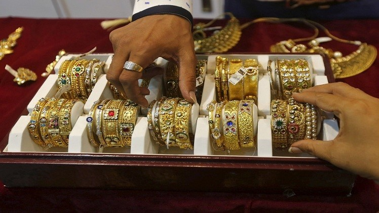 الذهب يهبط لأدنى مستوى في 5 سنوات