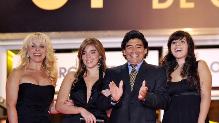 مارادونا يتهم زوجته السابقة بسرقة أكثر من 8 ملايين دولار