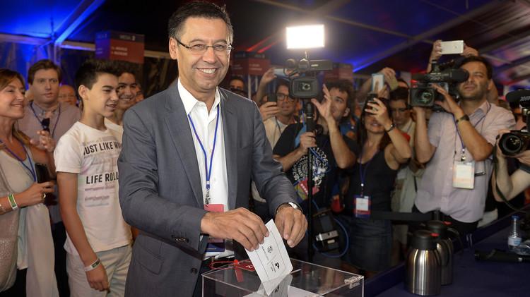 رونالدو وفيغو يدليان بصوتيهما في انتخابات رئاسة برشلونة (صور)