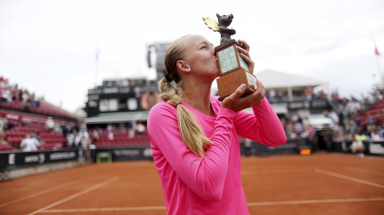 السويدية لارسون تفوز بباكورة ألقابها في التنس