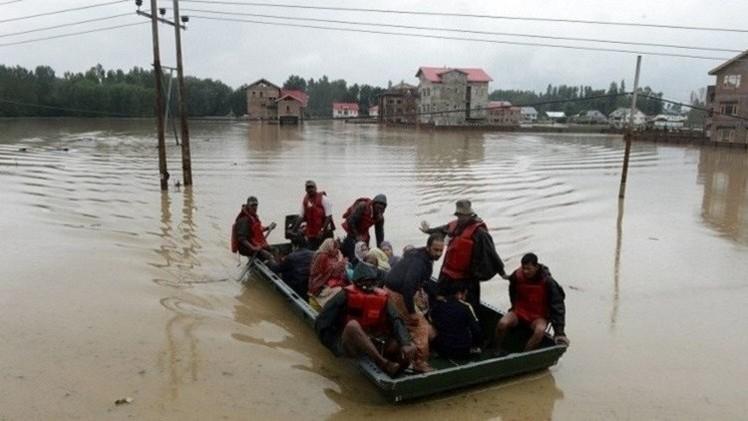 باكستان.. مقتل 14 شخصا وحصار أكثر من 200 ألف بسبب الفيضانات