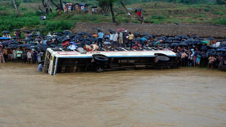 مصرع 30 شخصا جراء سقوط حافلة في نهر شمالي الهند