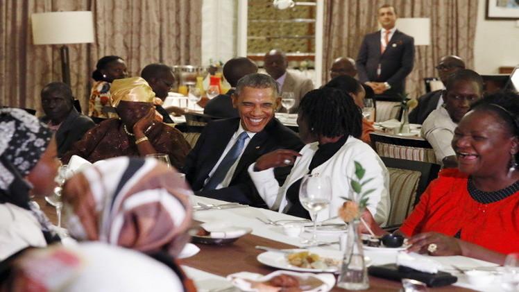 أوباما يتناول العشاء مع أفراد عائلته في كينيا