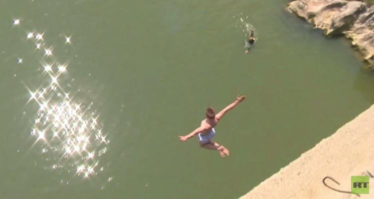 صربيا.. مغامرون يقفزون من ارتفاع 22 مترا (فيديو)