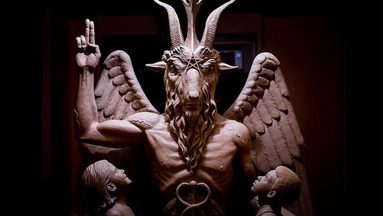 الكشف عن تمثال الشيطان في شوارع ديترويت وسط احتجاجات واسعة