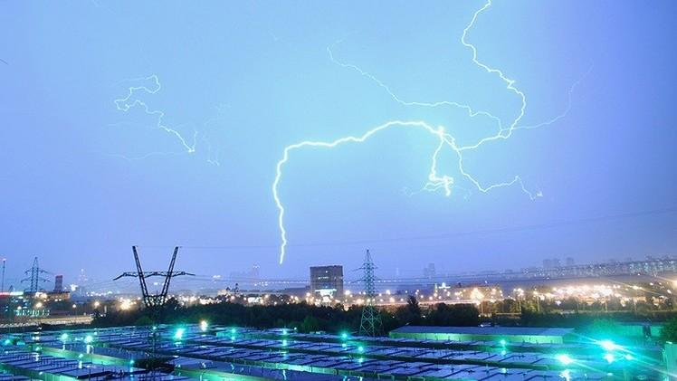 صور مثيرة لعاصفة رعدية في موسكو تملأ مواقع التواصل الاجتماعي