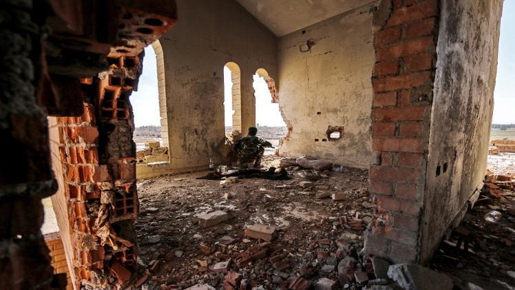 وحدات حماية الشعب الكردية في أحد المنازل المتهدمة بالحسكة