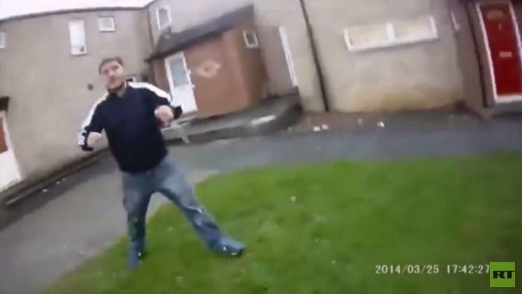 لقطات مثيرة لهجوم مسلح بسكين على رجل شرطة (فيديو)
