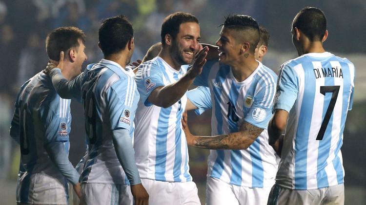 فرحة لاعبي الأرجنتين بالتأهل إلى النهائي