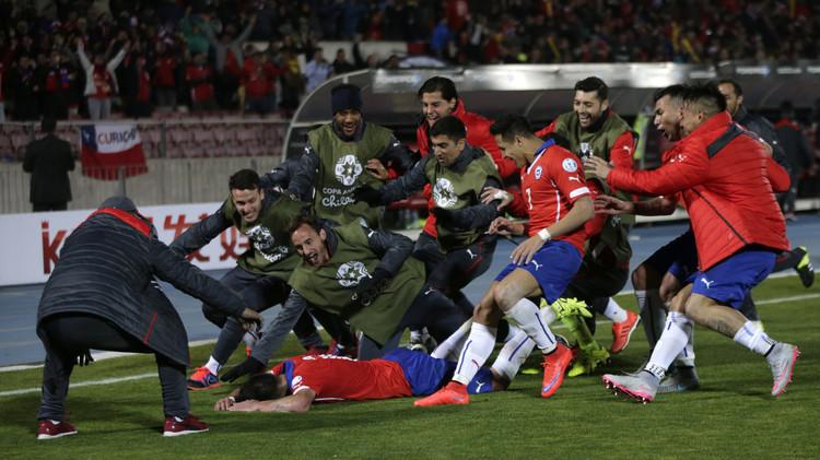 لاعبو تشيلي بعد أن تجاوزا أوروغواي في دور الثمانية