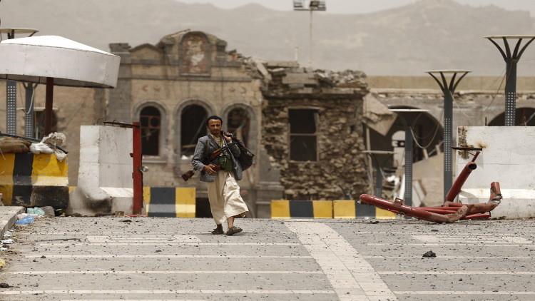 مسلح حوثي أمام أحد المباني الأمنية في العاصمة صنعاء
