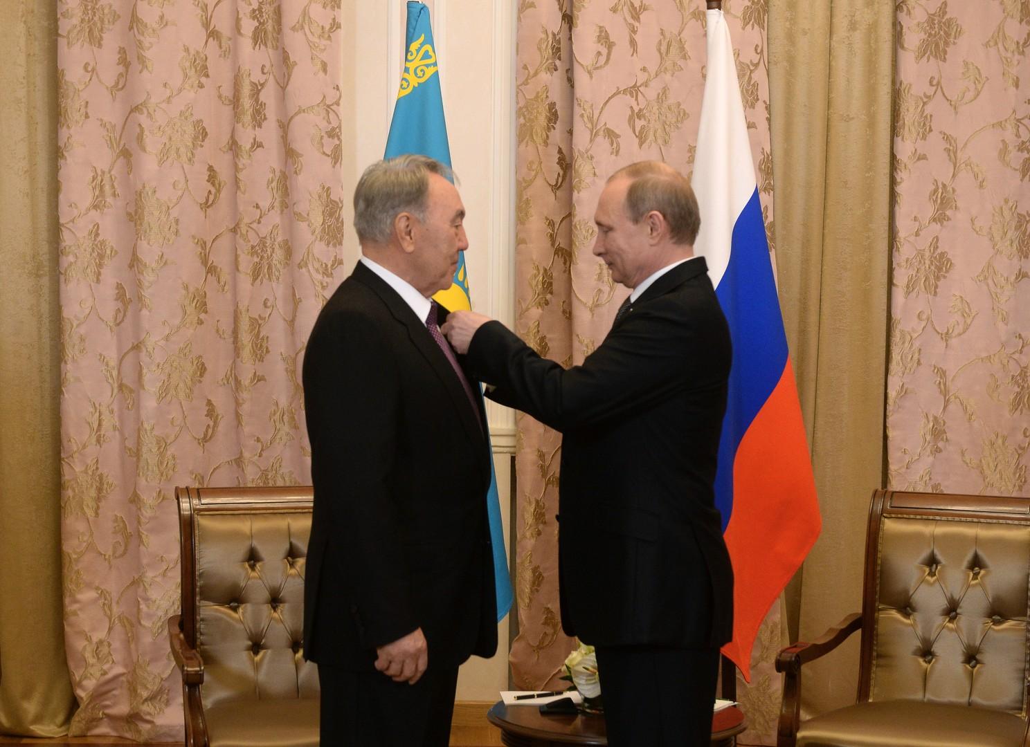 الرئيس الروسي فلاديمير بوتين يقلد الرئيس الكازاخستاني نور سلطان نزاربايف  وسام ألكسندر نيفسكي