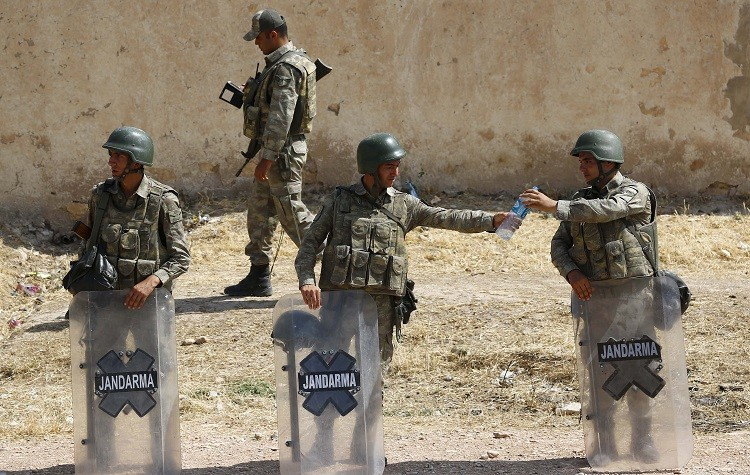 عناصر من القوات العسكرية التركية على الحدود السورية